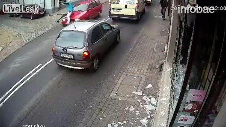 El hombre terminó siendo embestido por un auto al cruzar la calle