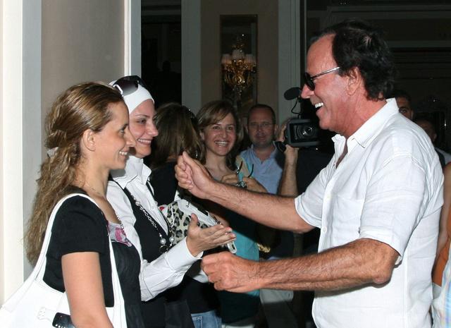 Las fans (siempre mujeres) esperan ansiosas la llegada de Julio Iglesias a Damasco. 2008.