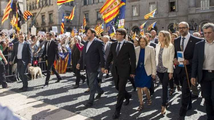 Carles Puigdemont encabeza laconcentración de alcaldes para protestar por las actuaciones de la Fiscalía contra el referéndum(EFE/Quique García)