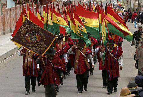 Un desfile de los 'ponchos rojos' en Warisata.