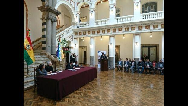Morales promulga ley de bono de Bs 250 para personas con discapacidad