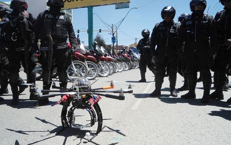 Policías en El Alto observan un drone para uso en seguridad ciudadana