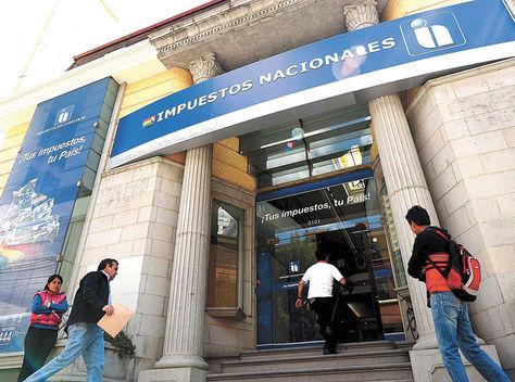 La Paz. Puerta principal de una de las oficinas del Servicio de Impuestos Nacionales en la avenida 20 de Octubre.