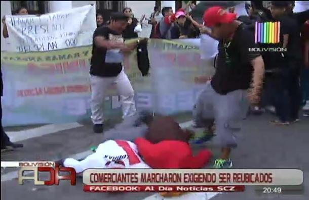 Comerciantes damnificados protestan para ser reubicados