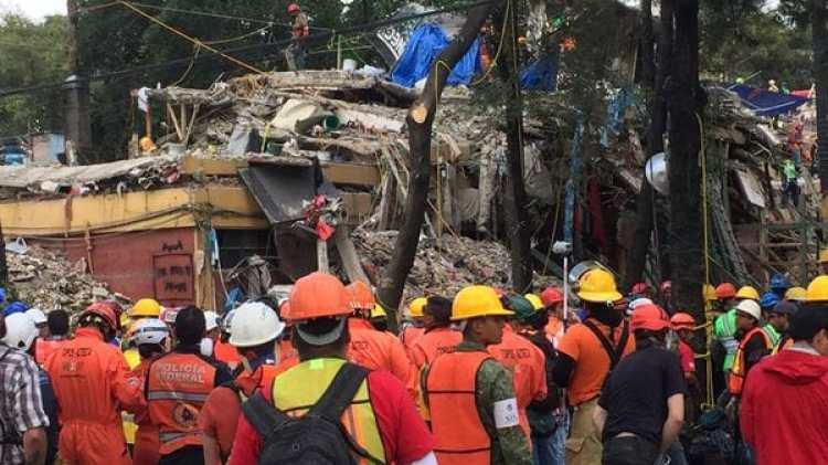 Rescatistas mexicanos entre los escombros del terremoto en Ciudad de México.