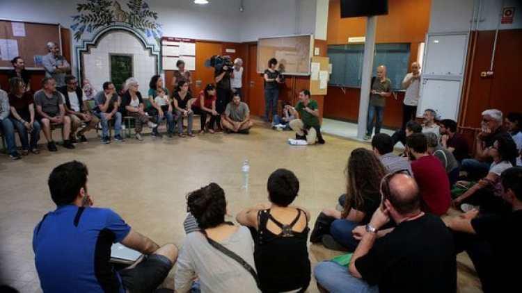 Uno de los colegios ocupados por activistas que quieren la independencia de Cataluña (Reuters)