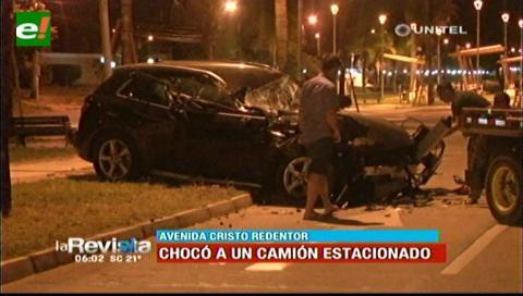 Vehículo impactó contra un camión estacionado en la avenida Cristo Redentor