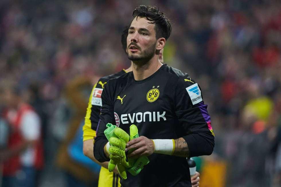El curioso 'ritual' del arquero del Borussia Dortmund — YouTube