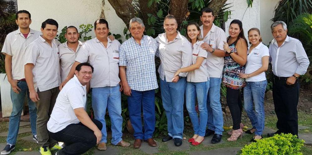 Jaime Paz Zamora, con el gerente general de eju.tv, Ernesto Justiniano Urenda, acompañado del equipo de trabajo