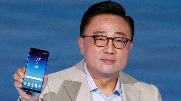 Koh Dong-jin, presidente de Samsung con el Galaxy Note 8. La surcoreana lidera la venta de smartphones a nivel mundial