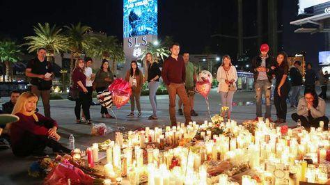 Personas se detienen ante un altar improvisado en memoria a las víctimas del tiroteo ocurrido durante un concierto en Las Vegas. Foto: EFE