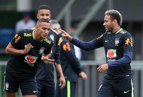 Los jugadores Neymar (d) y Danilo (i) de la selección brasileña de fútbol, participan en un entrenamiento hoy.