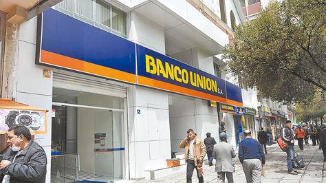 Fachada de una de las instalaciones del Banco Unión, en El Prado de la ciudad de La Paz.
