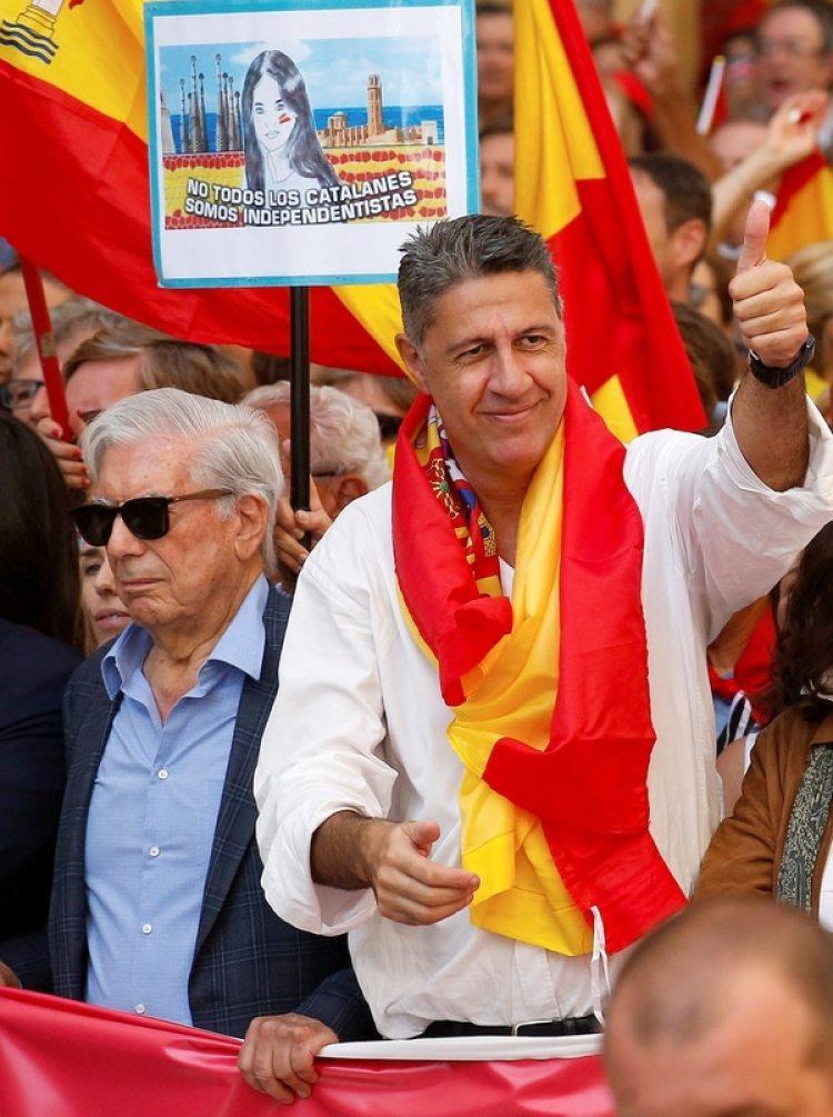 Mario Vargas Llosa, junto al presidente del Partido Popular de Cataluña, Xavier Garcia Albiol (Reuters)