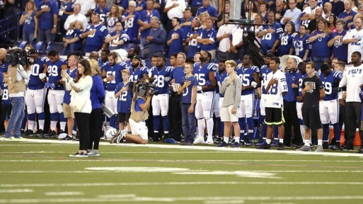 Algunos jugadores de los 49ers y los Colts se arrodillaron durante el himno nacional (AP)