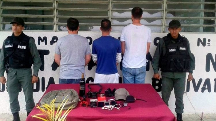 Los periodistas fueron detenidos en Aragua (Twitter: @FEDGLOCK)