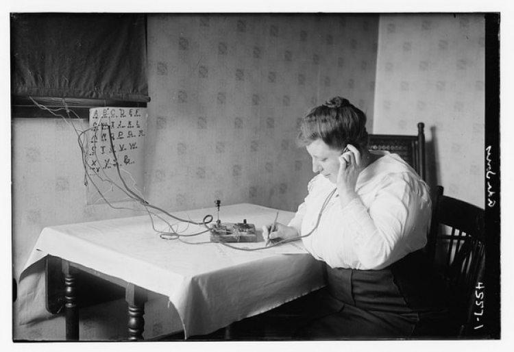 La cantante de ópera Ada Jones utilizando el código morse en 1915 (Librería del Congreso de Estados Unidos)
