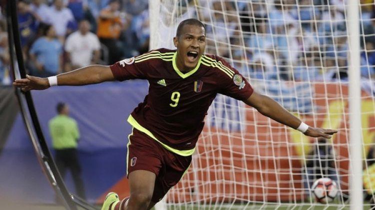 Salomón Rondón es uno de los referentes en Venzuela y juega en el West Bromwich de la Premier League (AP)