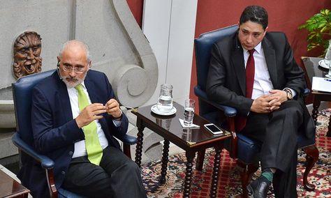 El expresidente Carlos Mesa y el ahora ministro de Justicia, Héctor Arce, durante un debate sobre el tema marítimo en noviembre de 2015. Foto: Archivo-La Razón