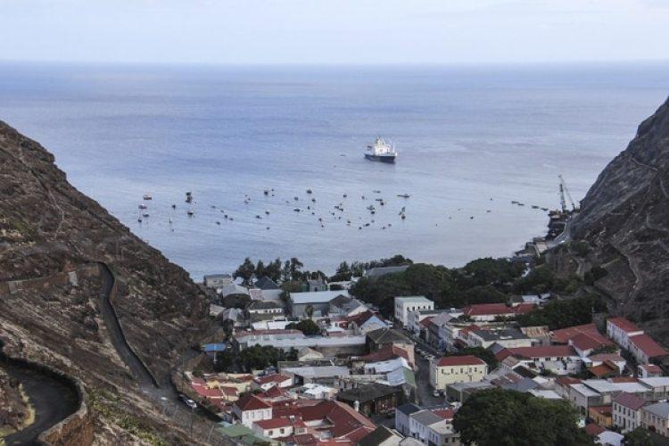 El RMS (Royal Mail Ship) anclado frente a Jamestown. Hasta ahora, era el único medio para llegar a la isla. La capital de Santa Helena es apenas una calle encajonada entre dos montañas. (AFP)