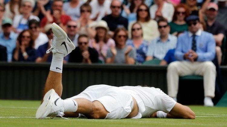 Federer sufrió una dura caída durante el partido en el que se midió a Raonic en Wimbledon 2016