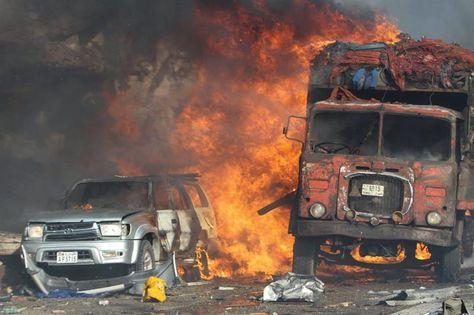 Vehículos se incendian en la escena de la explosión frente al Safari Hotel en Mogadiscio. Foto: EFE