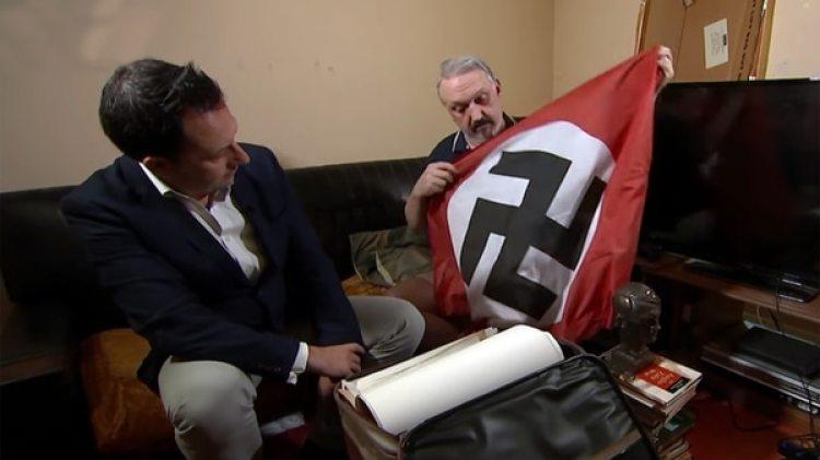 Kevin Wilshaw muestra parte de su colección de objetos nazi, entrevistado para Channel 4