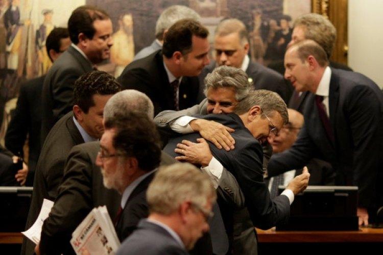 Los diputados Beto Mansur y Darcisio Perondi celebran durante la sesión de la comisión (REUTERS/Ueslei Marcelino)