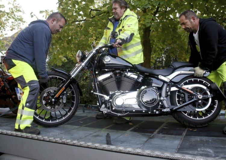 Una motocicleta incautada a un miembro de la organización (dpa via AP)