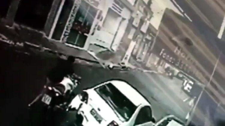 Tras reponerse del golpe, el joven se fue en su moto