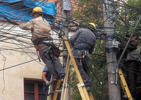 Técnicos revisan el cableado público.