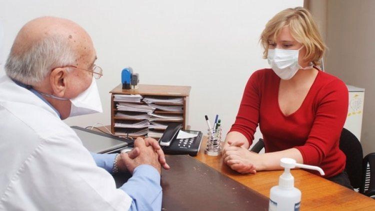 Para su estudios, los investigadores crearon un modelo informático que imita la propagación del virus durante la temporada de gripe (Getty Images)