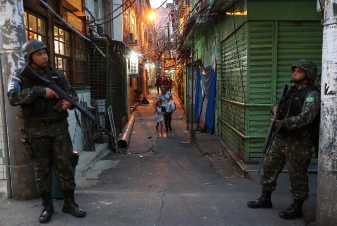 Policías realizan un operativo en la favela de Rocinha en Río de Janeiro el domingo 22 de septiembre
