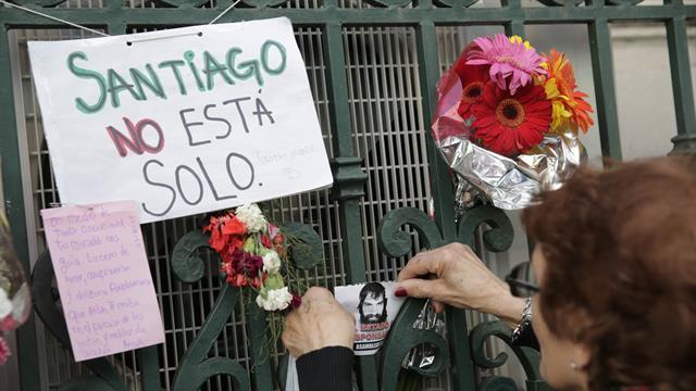 El altar en homenaje a Santiago Maldonado en la puerta de la Morgue Judicial. Foto: LA NACION / Soledad Aznarez