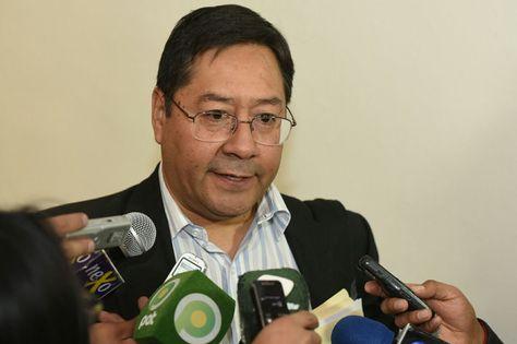 El ministro de Economía, Luis Arce, en conferencia de prensa.