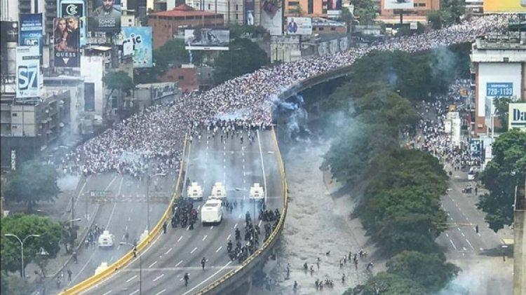 El chavismo reprimió con gases lacrimógenos todas la marchas de la oposición