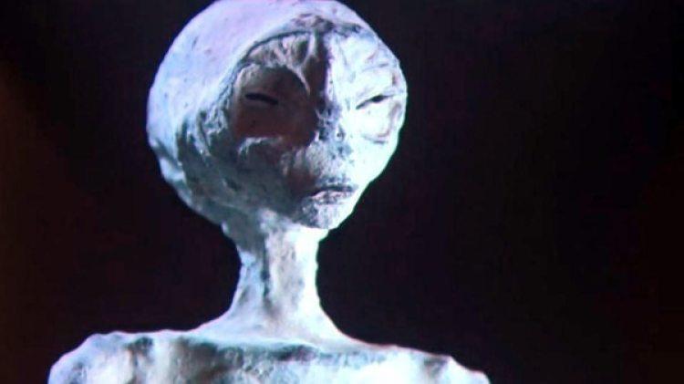 Los cuerpos tienen el cráneo alargado, el torso estrecho y tres dedos en cada extremidad