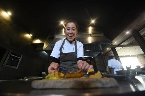 Una chef del restaurante Gustu. Foto: La Razón