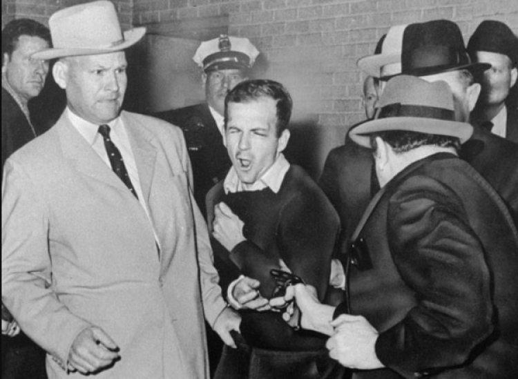 Lee Harvey Oswald recibe el disparo de Jack Rubyen la Estación Central de Policía deDallas, el 24 de noviembre de 1963. (AP/Dallas Times-Herald, Bob Jackson)