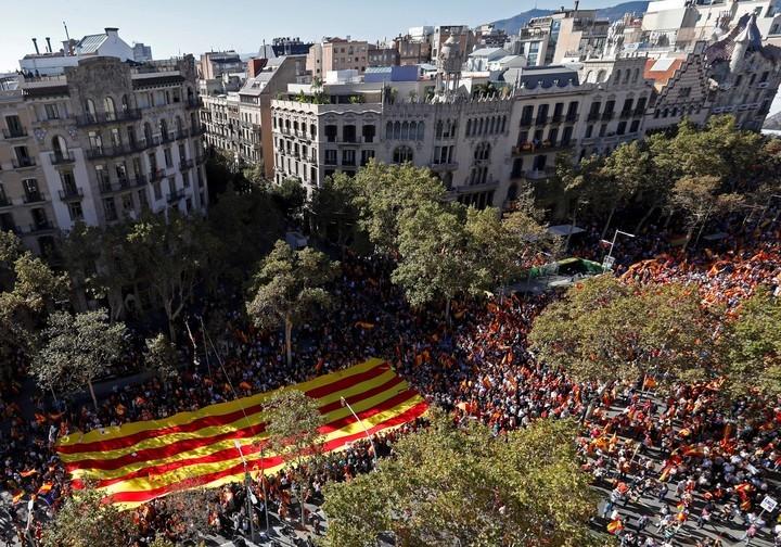 Una multitud marcha en Barcelona en contra la independencia de Cataluña