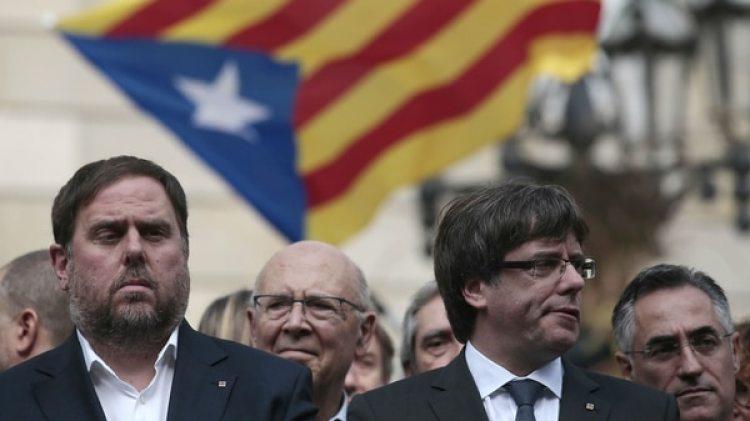 El presidente de la Generalitat, Carles Puigdemont, junto al vicepresidente catalán, Oriol Junqueras, durante un acto por independentista frente al palacio de la Generalitat en Barcelona (AP Photo/Manu Fernandez)
