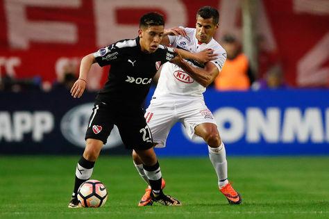 Ezequiel Barco (izq.) de Independiente disputa el balón con Carlos Bonet de Nacional. Foto: EFE