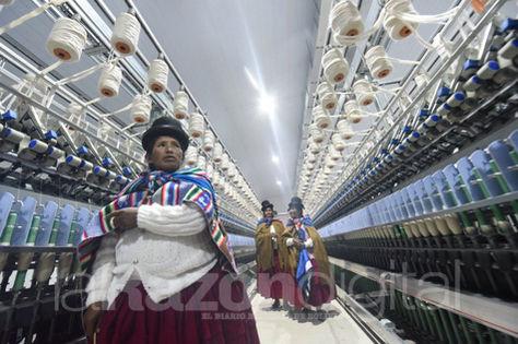 Un grupo de mujeres indígenas visita la nueva fábrica de fibra de alpaca y llama Yacana.
