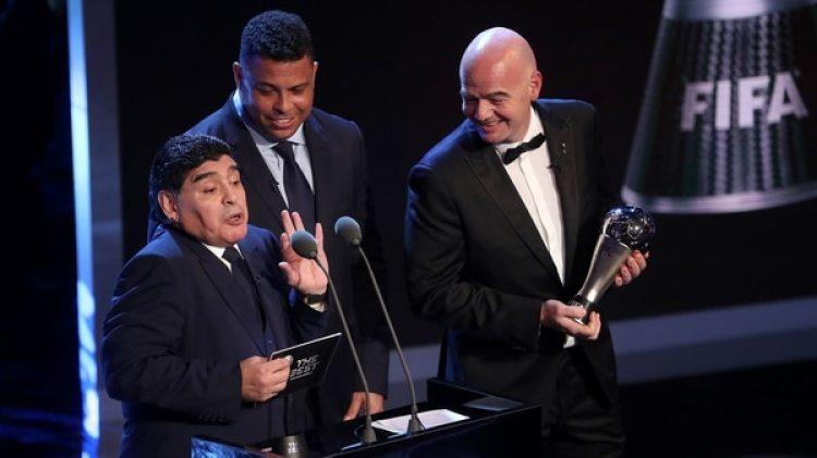 Ronaldo compartió el atril con Diego Armando Maradona para anunciar al ganador