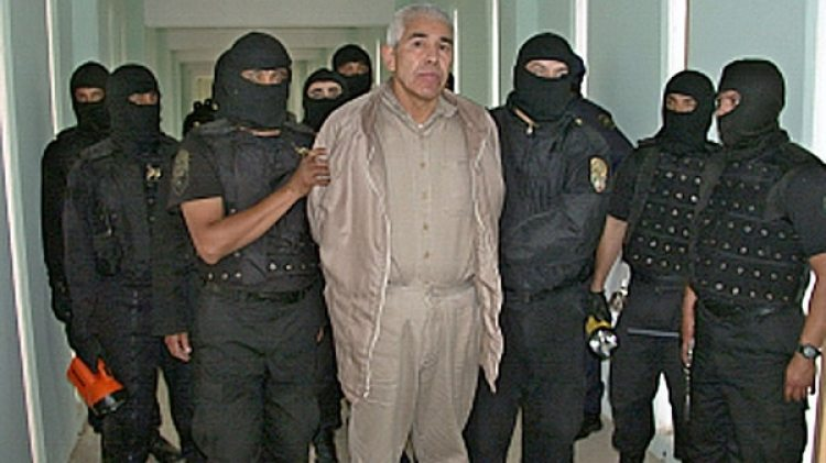 """Rafael Caro Quintero custodiado por agentes antidrogas en la prisión """"Puente Grande"""", en Guadalajara (AFP)"""