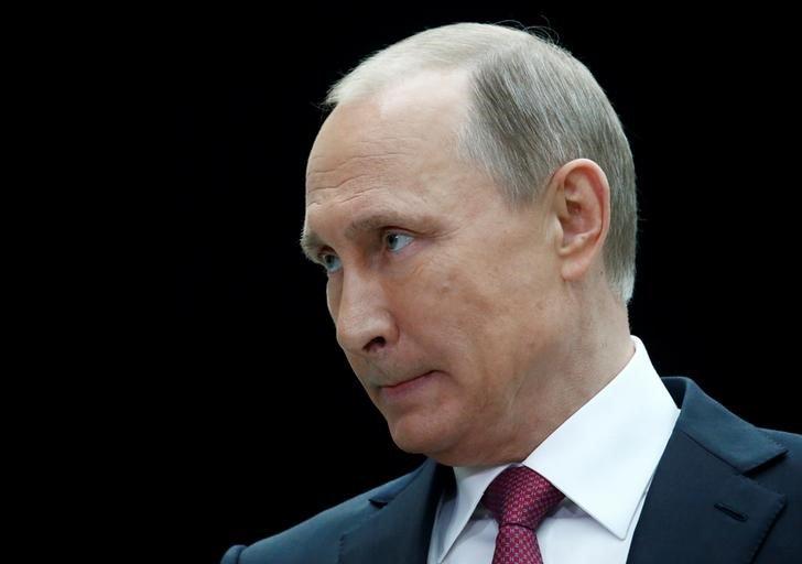 El presidente ruso, Vladimir Putin, en una rueda de prensa en Moscú, jun 15, 2017.  Putin prometió el jueves detener la espiral de pobreza y asegurar al pueblo salarios dignos y viviendas, en una maratónica aparición televisiva un año antes de unas elecciones nacionales en las que aspira a competir.  REUTERS/Sergei Karpukhin