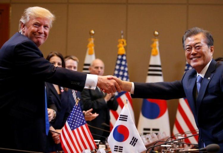 El presidente estadounidense Donald Trump y Moon Jae-in durante su encuentro en la Casa Azul en Seúl (REUTERS/Jonathan Ernst)