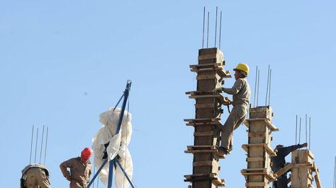 Albañiles durante su trabajo. Foto: La Razón, archivo