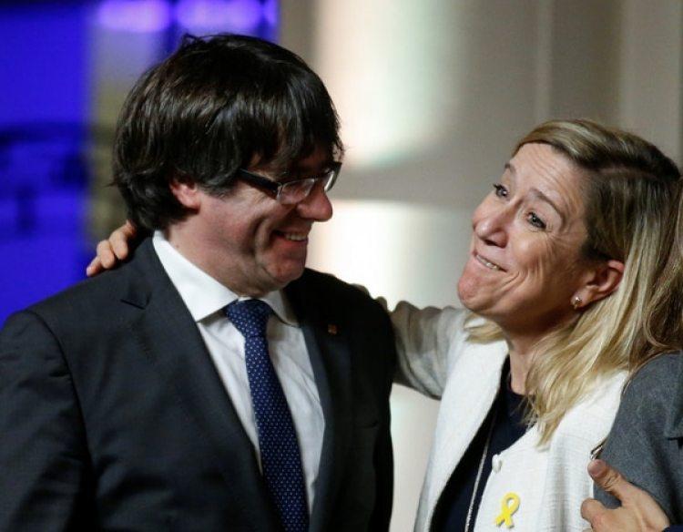 El ex presidente de la Generalitat de Cataluña Carles Puigdemontcon la presidente delAMI (Asociación de Municipios para la Independencia) Neus Lloveras (Reuters)