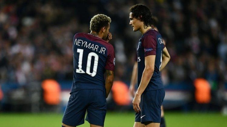 (AFP) Edinson Cavani y Neymar en una pelota parada